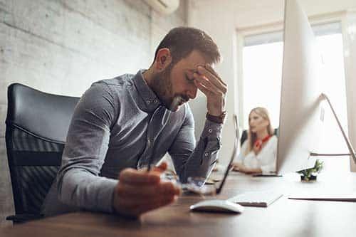 Burnout Stress - Mann arbeitet