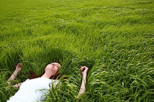 Frau entspannt in Wiese