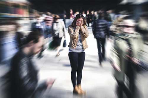 Ängste - Frau in Menschenmenge